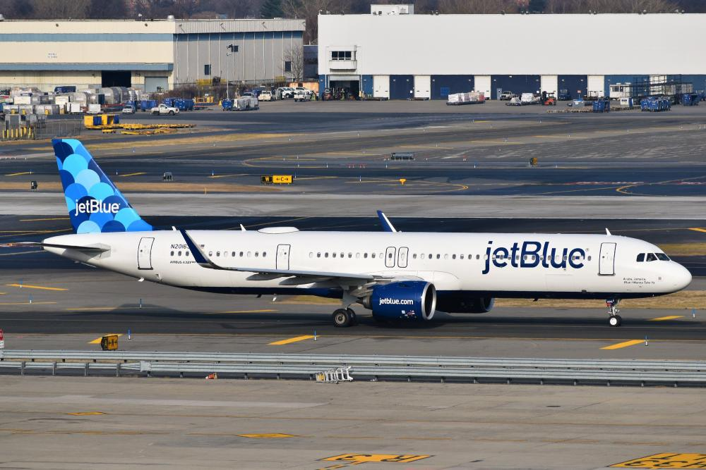 JetBlue_Airways_Airbus_A321-271NX_N2016J_taxiing_at_JFK_Airport.jpg